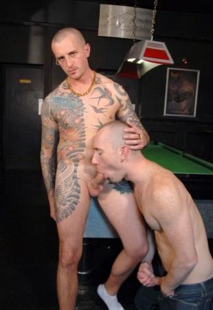 El magníficamente tatuado Danson es chupado por Edward Fox