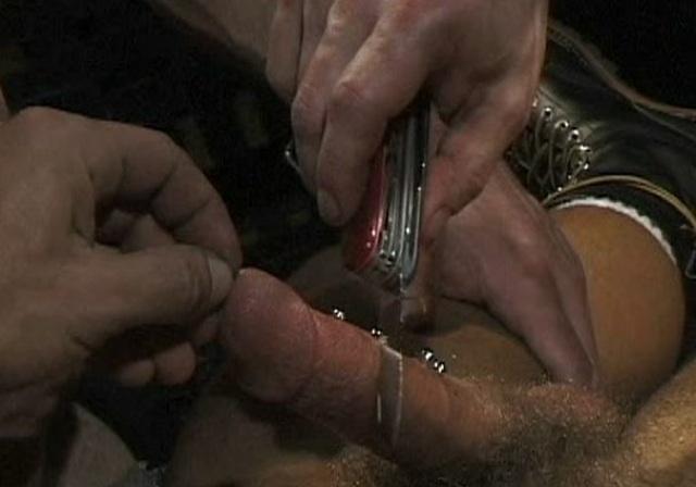 Polla con piercings y un cuchillo