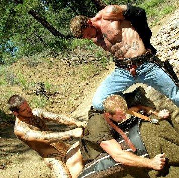 Vaquero tatuado se quita la camisa mientras su compinche viola la víctima