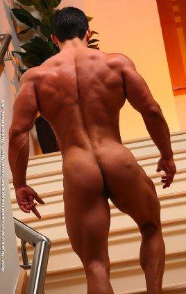 Delicioso tío cachas nos muestra sus poderosos hombros, laterales, y su culo musculoso en las escaleras