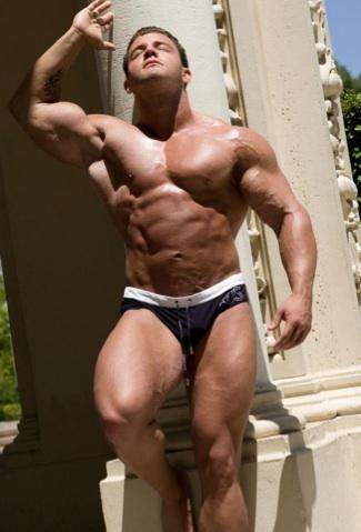 Culturista sexy musculoso se broncea