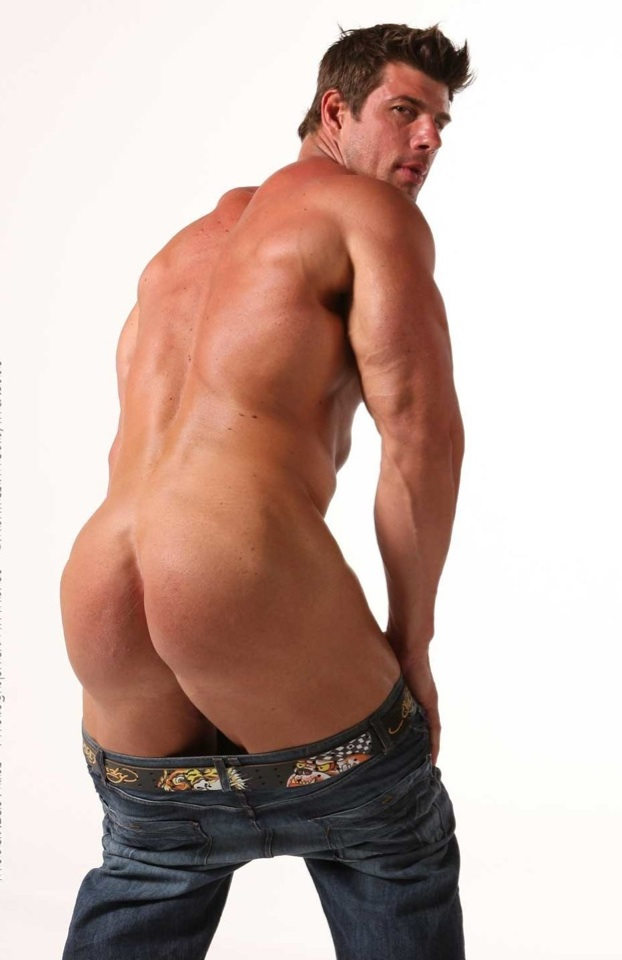 Bodybuilder shows off his perfect bubble butt