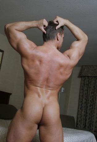Macho cahcas muestra su culo