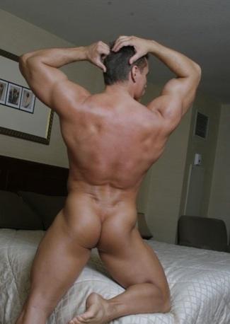 Afeitado musculoso muestra su redondo culo