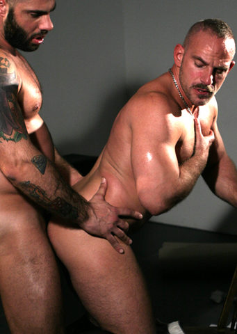 Alex burries his cock in Samuel\'s beefy ass