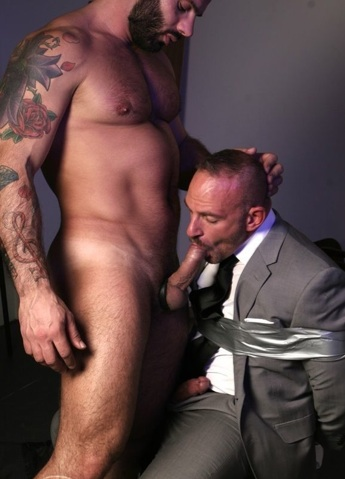 Beefy tatted Alex Marte feeds his fat dick to Samuel Colt
