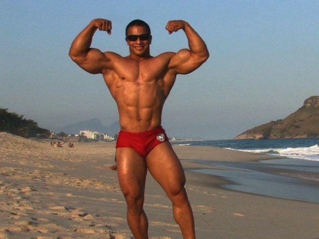 flexionando sus enormes bíceps