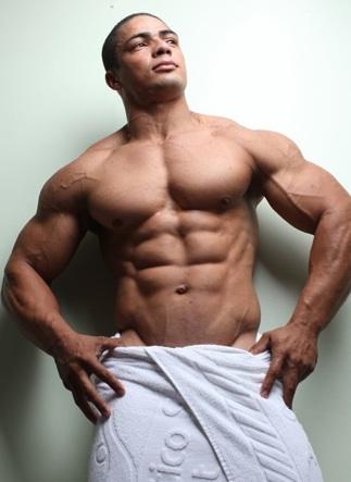 Julio muestra sus esculpidos abdominales