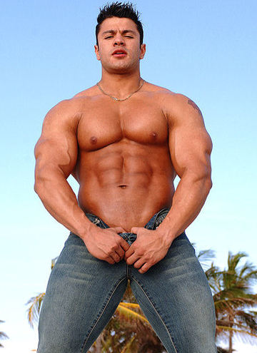 Bodybuilder Raul De La Guardia shirtless