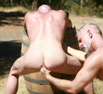 Allen fingers open Tom\'s Daddy hole