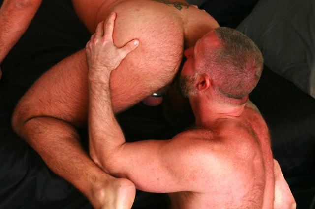 Muscle bear Rik kappus eats furry ass
