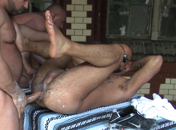 beefy Mike Butt slides his raw cock into Matthieu\'s sloppy hole