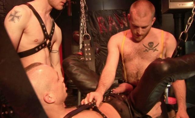 James agrega su lefa a las otras en el culo de Ben
