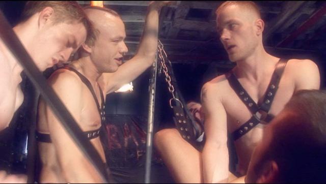Lars Svenson folla a Aiden en un sling mientras los demás miran