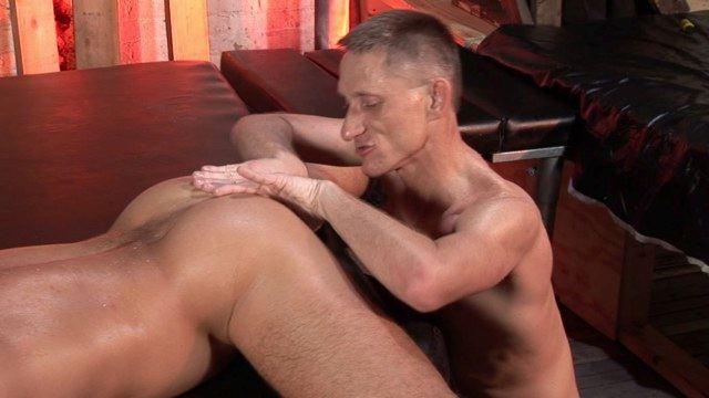 Austin juega con el culo lampiño de Owen