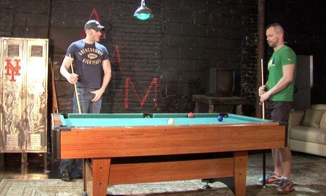 Marques Maddox y Chad Manning juegan billar