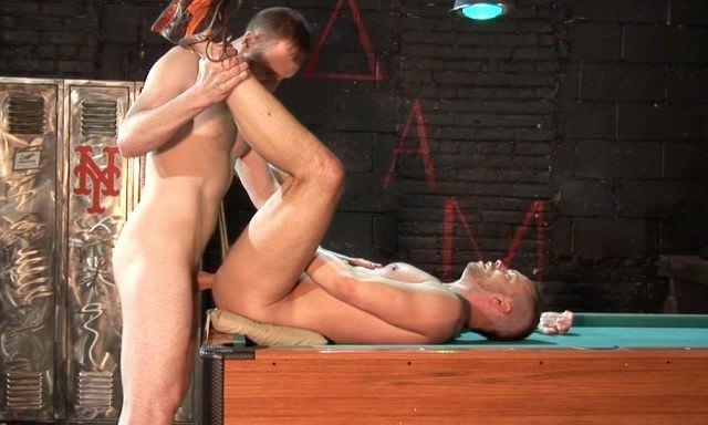 Marques Maddox clavando el culo de Chad sin condón en la mesa de pool