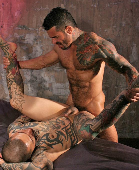 секс с татуированным мужчиной спящими спящие