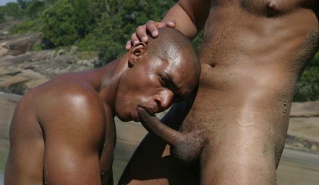 Adam Black es obligado a chupar la verga de Athony Caputo