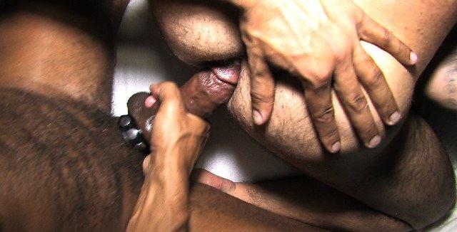 El culo crudo de Jorge listo para más güevo sin condón