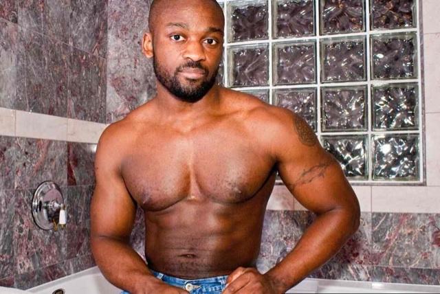 Negrote musculoso Derek Reynolds